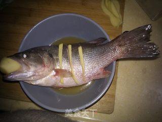 清蒸鲈鱼的做法_清蒸鲈鱼怎么做_菜谱