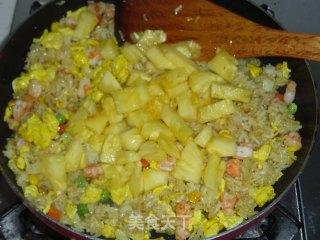 菠萝海鲜炒饭的做法_菠萝海鲜炒饭怎么做_落雨无声的菜谱