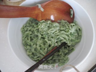 翡翠鲜虾面的做法_送给不爱吃叶子菜的宝宝:翡翠鲜虾面_翡翠鲜虾面怎么做_bzmm的菜谱