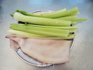 鱿鱼炒芹菜的做法_鱿鱼炒芹菜怎么做_尔东叶的菜谱