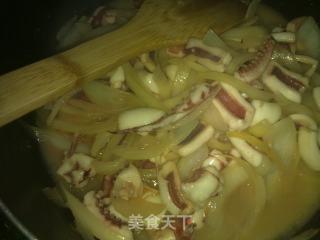 洋葱炒鱿鱼的做法_洋葱炒鱿鱼怎么做_菜谱