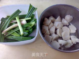 蒜苗酱烧墨鱼丸的做法_蒜苗酱烧墨鱼丸怎么做_火镀红叶的菜谱