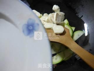 墨鱼丸炒西葫芦的做法_牛肉酱墨鱼丸炒西葫芦_墨鱼丸炒西葫芦怎么做_花鱼儿的菜谱