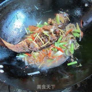 木耳芹菜丝烧全鱼的做法_木耳芹菜丝烧全鱼怎么做_水青青的菜谱