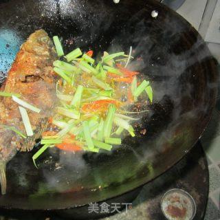 大蒜芹菜烧全鱼的做法_大蒜芹菜烧全鱼怎么做_水青青的菜谱